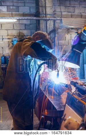 Operating manual welding joins detail. A process using a semi-automatic welding.