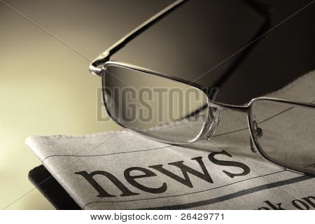 periódico y anteojos