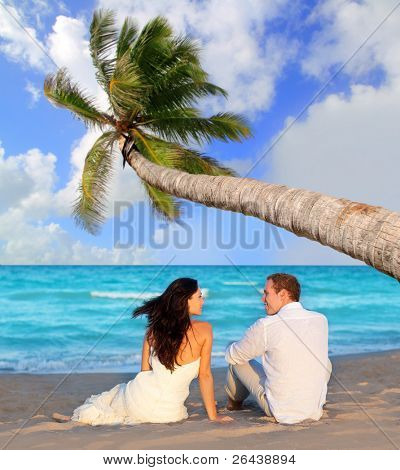 Couple in Love sitzen in blauen Strand Urlaub Reisen [Foto Illustration]