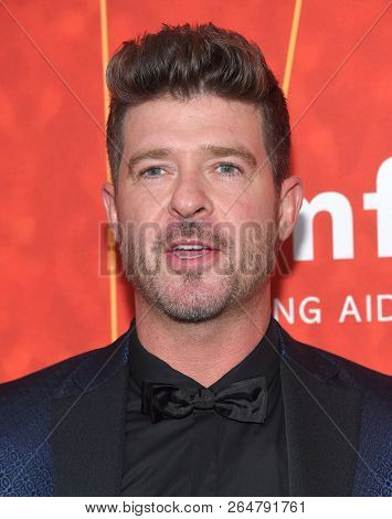 LOS ANGELES - OCT 18:  Robin Thicke arrives to the amFar Gala Los Angeles  on October 18, 2018 in Hollywood, CA