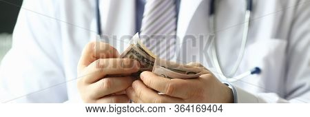 Doctor Vblogger Counts Money, Profit From Vblog. Cost Advertising With Blogger Depends On Its Popula