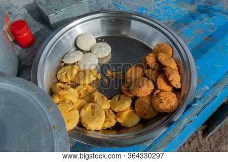 Piiyaji, Bara, Aloo Chop Etc, Are Being Sold By Cart Puller Called Thelawalla , Street Foods Of Odis