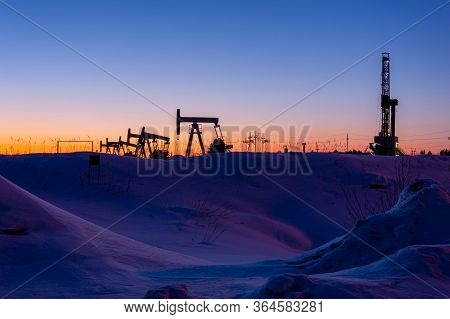 Oil And Gas Drilling Rig. Oil Drilling Rig Operation On The Platform In Oil And Gas Industry. Global