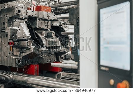 Huge Injection Molding Machine Without Fixture Ready For The Plastic Articles By Injecting Heated Ma