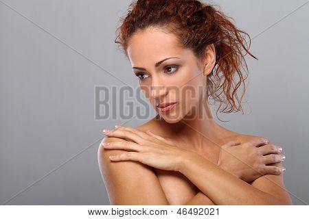 Mujer hermosa asalariadas con maquillaje natural