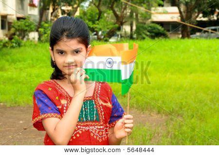 ein schönes indische Mädchen mit Flagge