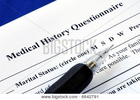 Arquivo o formulário de requerimento de seguro-saúde com um lápis