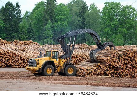 Volvo L180F HL Log Loader Lifting Logs