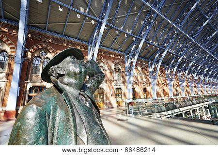 Statue Of Sir John Betjeman In St Pancras