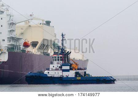 LNG TANKER - Tug insures mooring LNG carrier
