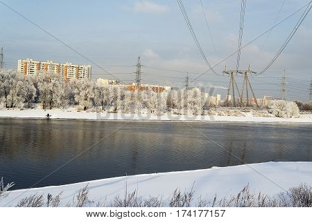 Power line for electricity supply of residential houses in the city.
