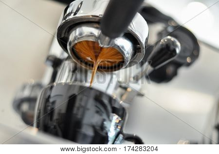 Coffee extraction with bottomless filter to a cup
