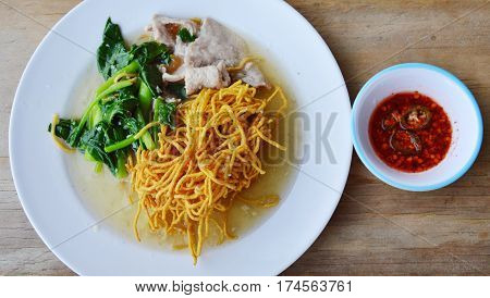 crispy yellow noodle with Chinese kale and pork in gravy sauce