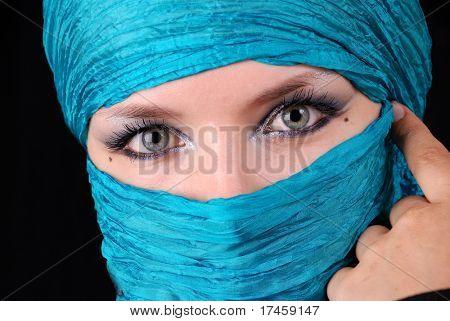 Крупным планом глаз голубой женщина с Восточного макияжа