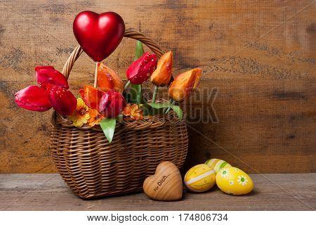 Blumenkorb Mit Rotem Herz Und Ostereiern