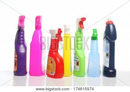 Ein paar bunte Plastikflaschen mit giftigen Reinigungsmitteln, teilweise mit Sprühkopf