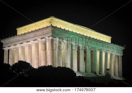The Lincoln memorial building lit up at night