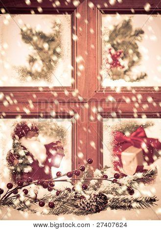 Blick in ein festlich jahreszeitlich Weihnachts-Fenster als Schnee fällt, nicht