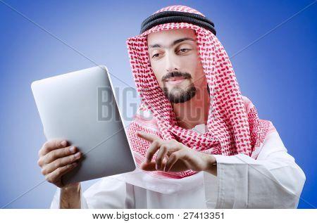 Joven árabe con tablet PC