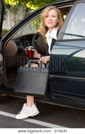 Mujer de negocios salir del coche en el trabajo