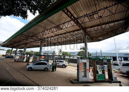 Salvador, Bahia / Brazil - December 7, 2016: Seen Gas Station At The Central Canteriros Of Avenue Lu