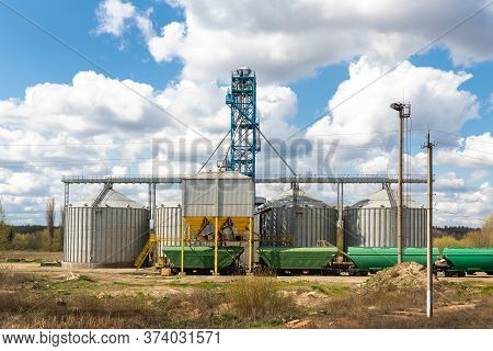Modern Steel Agricultural Grain Granary Silos Cereal Storage Warehouse Loading Railway Cargo Carriag