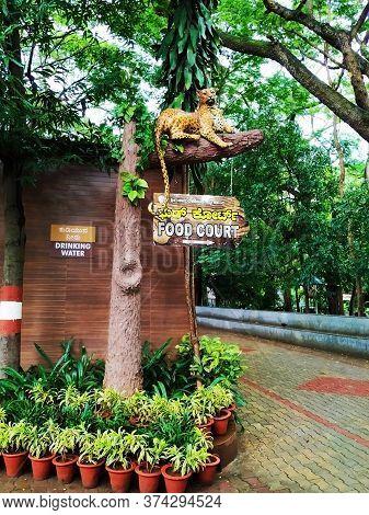 Mysore, Karnataka/india-oct 31 2019: Beautiful View Of Cheetah Sitting On A Tree Statue And Directio