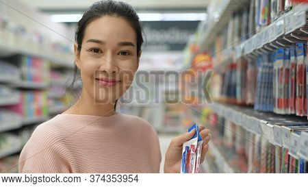 Shopping Concepts. Asian Women Are Buying Stationery In The Mall. 4k Resolution.