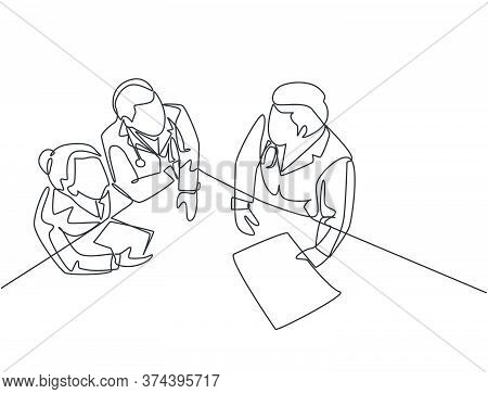 Single Continuous Line Drawing Of Young Male And Female Specialist Doctor Discussion About Patient S