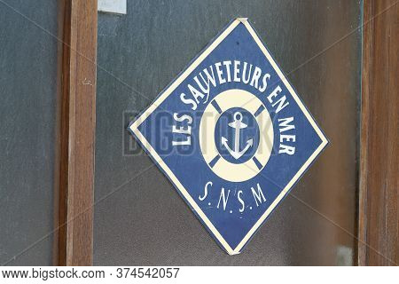 Bordeaux , Aquitaine / France - 06 20 2020 : Snsm Les Sauveteurs En Mer Logo Sign On Office In Harbo