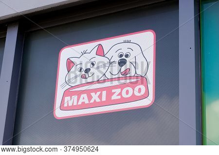 Bordeaux , Aquitaine / France - 07 02 2020 : Maxi Zoo Logo Sign Of Shop Animal Accessories Store Gar