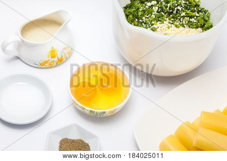 Spinach and cheese cannelloni preparation : Ingredients to prepare the spinach and cheese filling