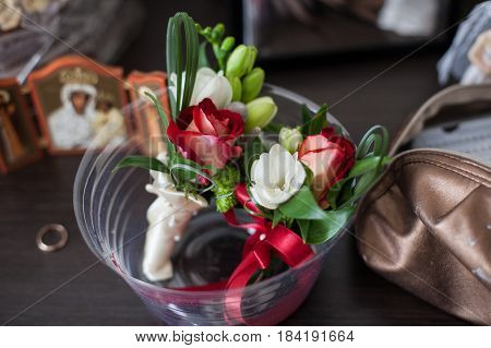 The buttonholes stand in the vase on the table