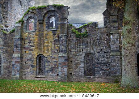 ruinas de la Abadía de Villers la ville Bélgica edificios góticos abandonados hace años spooky fachadas con cara l