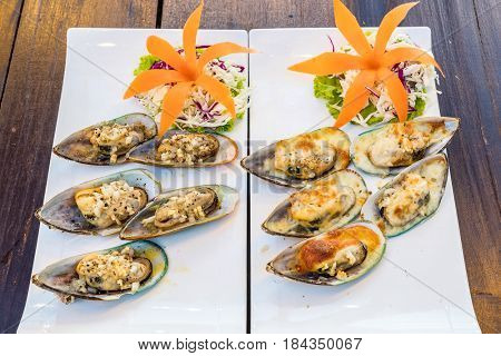 Grilled New zealand mussels with butter and garlic sauce