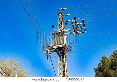 Metallic support of transmission lines against the sky