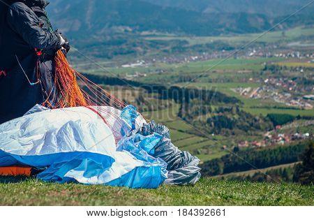 Paraglider take in hands paraplane strops .
