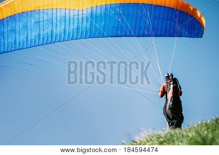 Extrene Paraglider prepear to start fly .