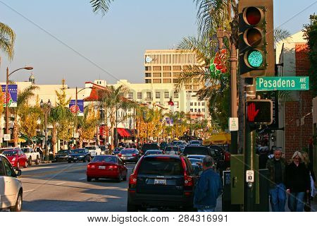 Pasadena, Los Angeles, Ca, Usa - Dec. 20, 2008: Historic Colorado Boulevard At Pasadena Avenue In Ol