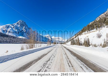 Icefield Parway Is A Highway That Goes From Lake Louise To Jasper National Park And Offer Scenic Vie
