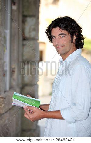 Turismo mirando un folleto