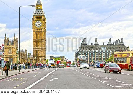 London, Great Britain -may 22, 2016: Transport, Pedestrians And Tourists On The Westminster Bridge