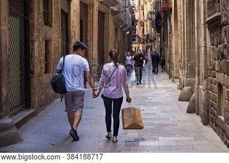 Barcelona, Spain - May 15, 2017: Unknown Young Coiple Walking In The Carrer De Montcada Street In Hi