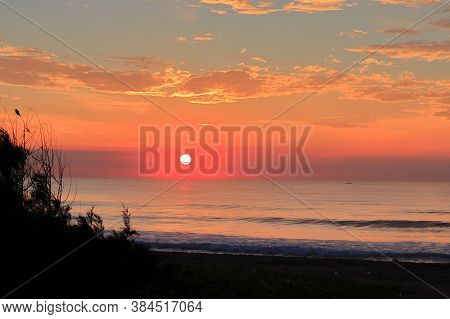 Beautiful View Of The Sun Rising From The Indian Ocean In The Morning, Sunrise,tropical Sunset On Th