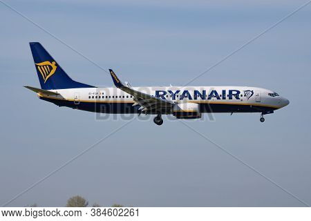 Budapest / Hungary - April 14, 2018: Ryanair Boeing 737-800 Ei-fop Passenger Plane Arrival And Landi
