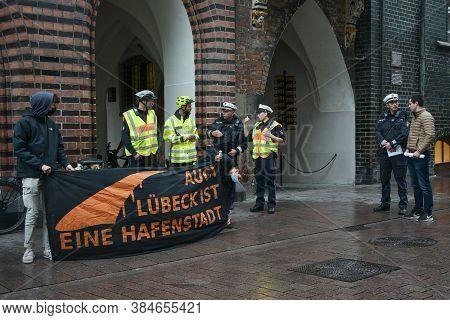 Lubeck, Germany, September 09, 2020: Police Und Demonstrators In Preparation Talk For The Demonstrat