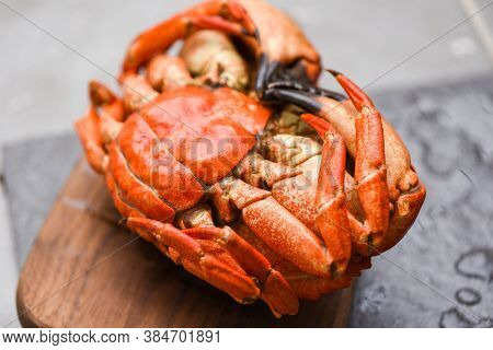 Fresh Crab On Wooden Board For Making Cooked Food / Seafood Shellfish Steamed Red Crab Or Boiled Sto