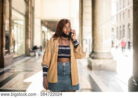 woman calls with smartphone in the city