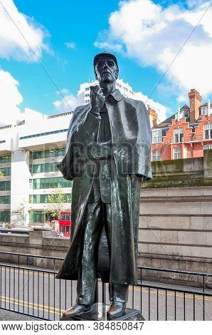 London, Uk - April 2018: Sherlock Holmes Statue On Baker Street