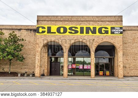 Horizontal Shot Of A Mail Anchor Store Going Out Of Business During The Pandemic
